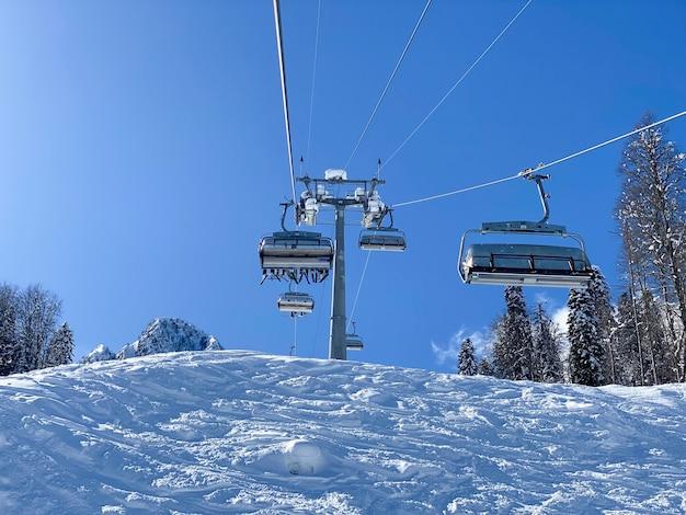 Widok z góry na kabiny wyciągu narciarskiego w górach