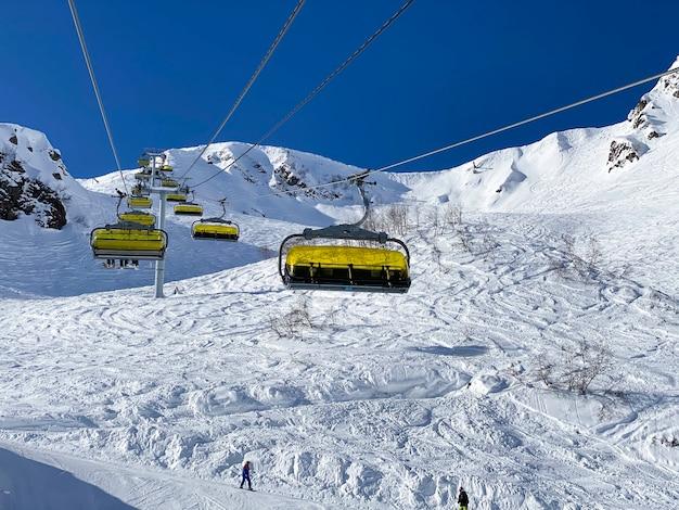 Widok z góry na kabiny wyciągu narciarskiego ze szczytu góry