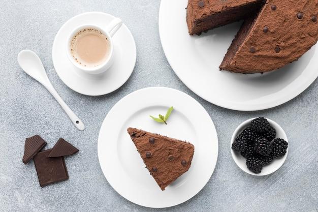 Widok z góry na kawałek ciasta czekoladowego z kawą