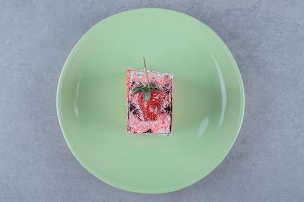 Widok z góry na kawałek świeżego ciasta truskawkowego