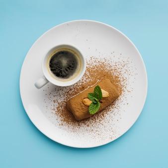 Widok z góry na kawę i pyszne jedzenie