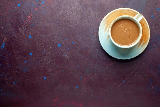 Widok z góry na kawę mleczną wewnątrz filiżanki na tle w kolorze ciemnego bakłażana kawa mleczna pić smak espresso