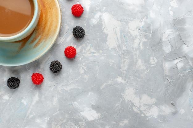 Widok z góry na kawę mleczną z jagodami konfitury na białym tle