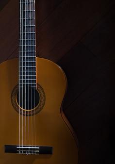 Widok z góry na klasyczną żółtą gitarę akustyczną z nylonowymi strunami.