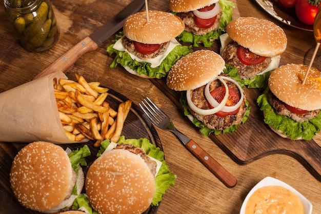 Widok z góry na klasyczne cheesburgery obok frytek. fast food. grillowane mięso wołowe.