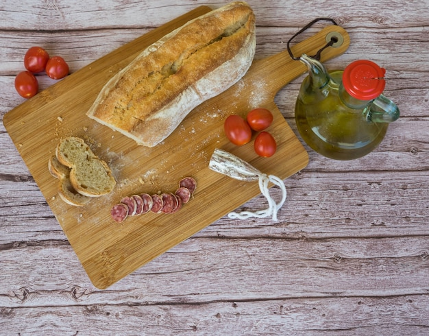 Widok z góry na klasyczne danie katalońskie o nazwie pan con tomate z pomidorami czosnkowymi z oliwą z oliwek koncepcja kuchni hiszpańskiej