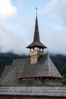 Widok z góry na klasztor borsa pietroasa w regionie maramures w rumunii.