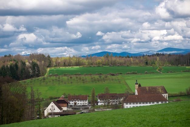 Widok z góry na klasztor olsberg. olsberg to gmina w powiecie rheinfelden w kantonie argowia w szwajcarii