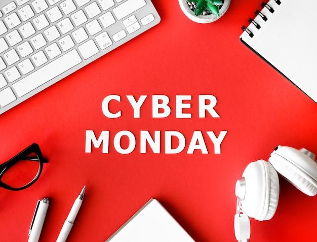 Widok z góry na klawiaturę ze słuchawkami i notebookiem na cyber poniedziałek