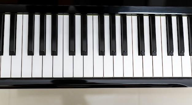 Widok z góry na klawiszach fortepianu