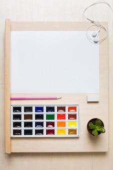 Widok z góry na kolorowe farby na koncepcji biurka