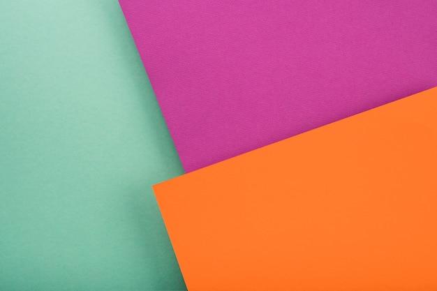 Widok z góry na kolorowe kartki papieru