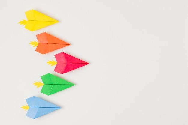 Widok z góry na kolorowe papierowe samoloty
