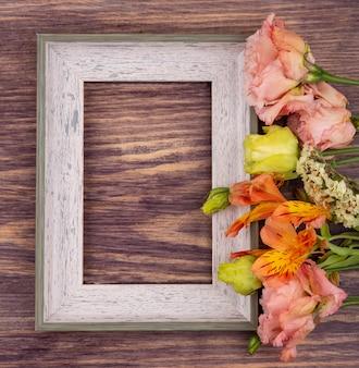 Widok z góry na kolorowe świeże i wspaniałe kwiaty na drewnie