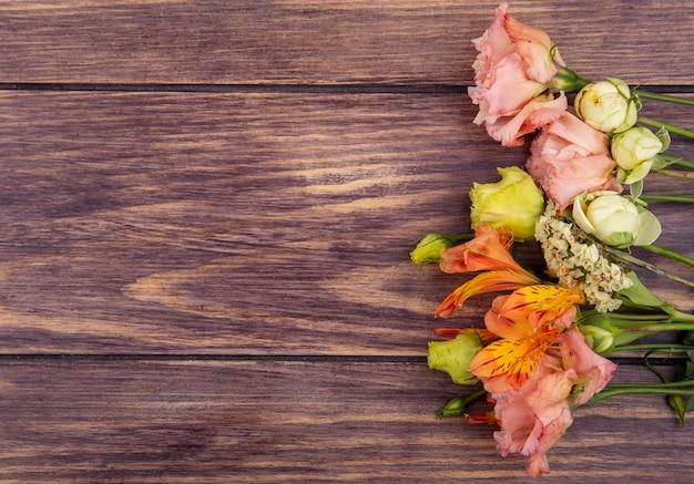 Widok z góry na kolorowe, wspaniałe i różne kwiaty na drewnie