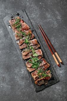 Widok z góry na kompozycję japońskiego posiłku