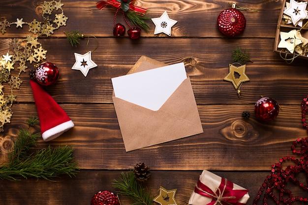 Widok z góry na kopertę z dekoracjami świątecznymi