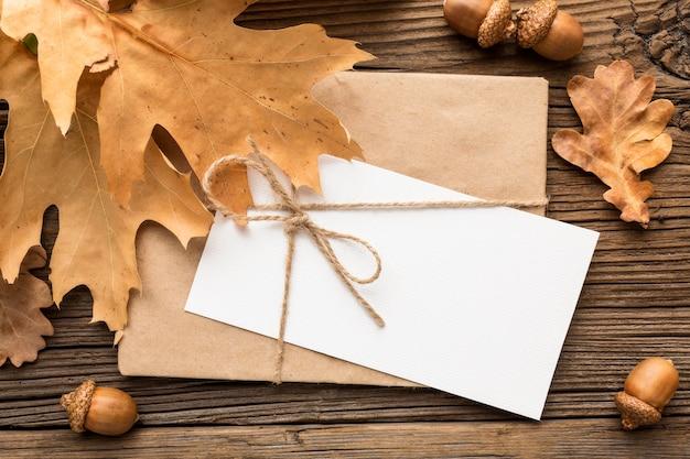 Widok z góry na kopertę z jesiennymi liśćmi i żołędziami