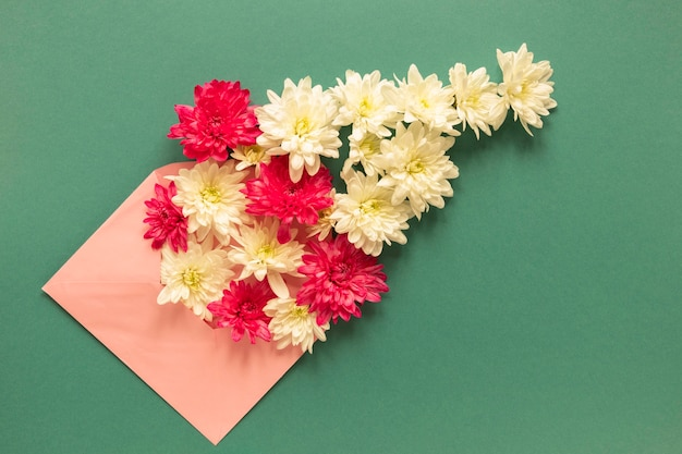 Widok z góry na kopertę z kwiatami na dzień kobiet