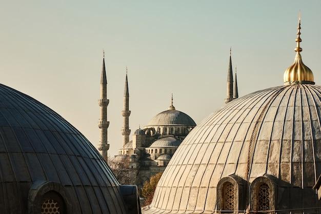 Widok z góry na kopuły meczetu sulejmana wspaniałego na tle nieba w stambule w turcji