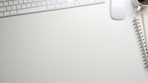 Widok z góry na kreatywną makietę sceny w białej koncepcji z kubkiem na notebooka z klawiaturą myszy i miejscem na kopię
