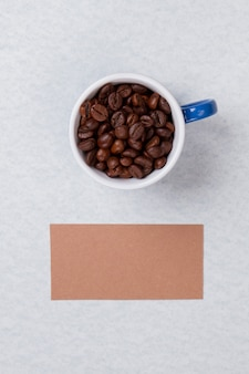 Widok z góry na kubek wypełniony ziarnami kawy