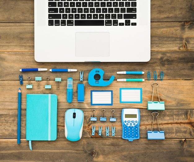 Widok z góry na laptopa i materiały eksploatacyjne