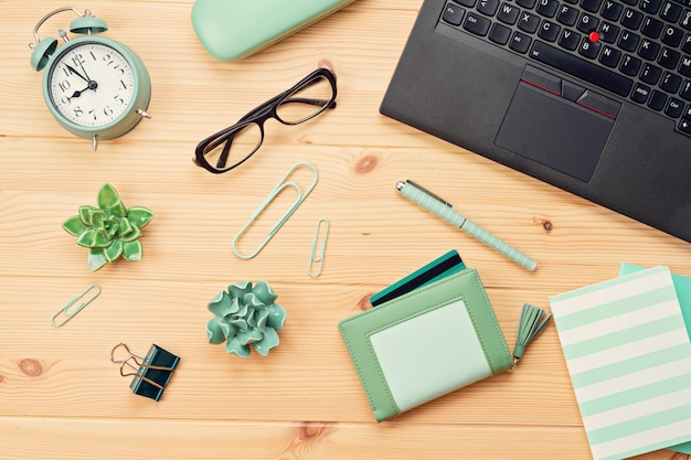Widok z góry na laptopa i torebkę z kartami kredytowymi