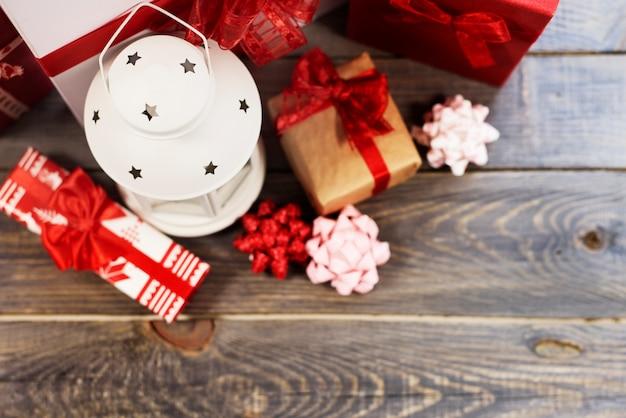 Widok z góry na latarnię z pudełkami na prezenty