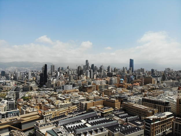 Widok z góry na liban. azja zachodnia i kraj bliskiego wschodu, zwany także republiką libańską. zdjęcie lotnicze wykonane przez drona. bejrut - duża i piękna stolica.