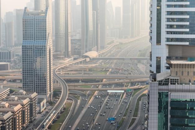 Widok z góry na liczne samochody w ruchu w dubaju w zjednoczonych emiratach arabskich