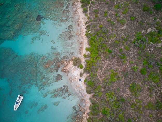 Widok z góry na łódź na błękitnym morzu w pobliżu brzegu morza