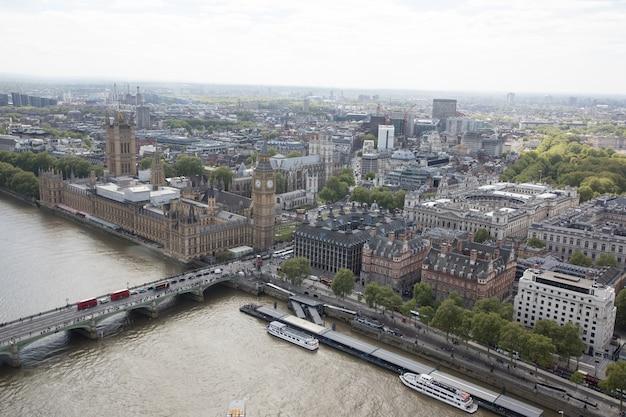 Widok z góry na londyn z domami parlamentu i big bena