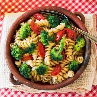 Widok z góry na makaron wegetariański fusilli z pomidorami i brokułami