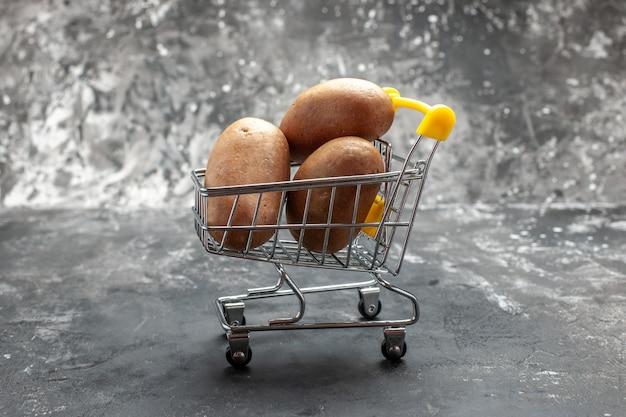 Widok z góry na małą składaną tabelę zakupów z ziemniakami