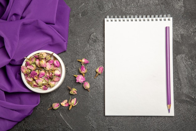 Widok z góry na małe fioletowe kwiaty z fioletową tkanką na szaro