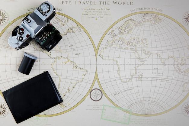 Widok z góry na mapę i aparat fotograficzny do podróży