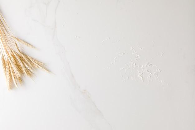 Widok z góry na marmurowy stół z pszenicy i mąki z miejscem na tekst