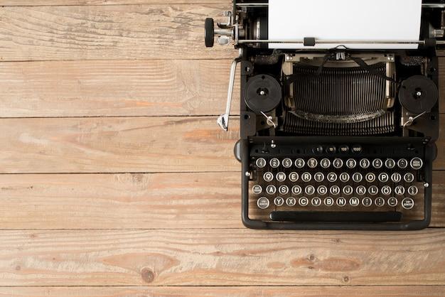 Widok z góry na maszynie do pisania w stylu retro