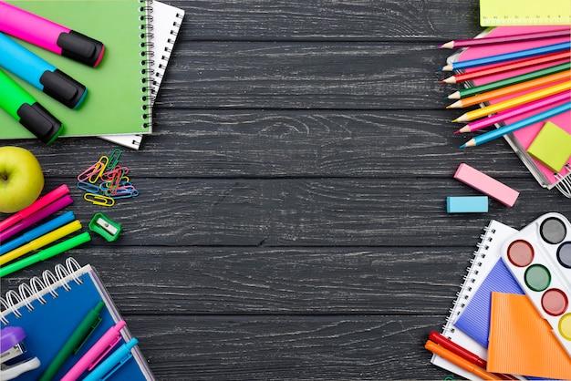 Widok z góry na materiały szkolne z powrotem z kolorowymi ołówkami