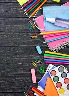 Widok z góry na materiały szkolne z powrotem z ołówkami