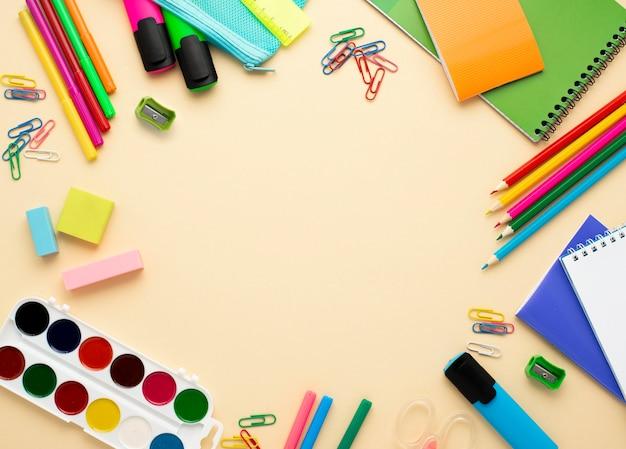 Widok z góry na materiały szkolne z powrotem z ołówków i akwareli