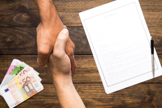 Widok z góry na mężczyzn o umowie postawy ręki