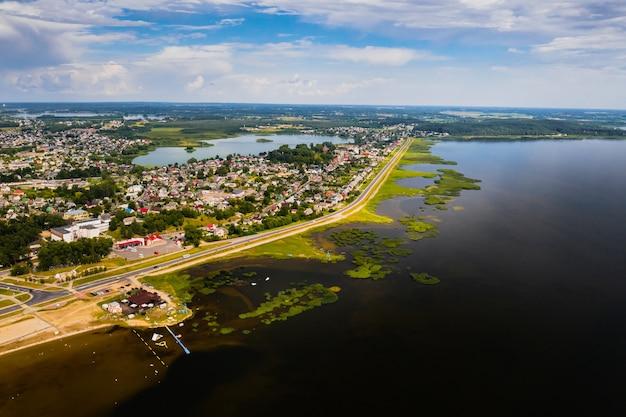 Widok z góry na miasto brasław latem