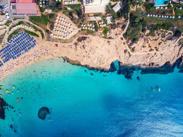 Widok z góry na miasto cypr i miasto ayia napa. widok z powietrza na kurort nadmorskie śródziemnomorskie miasto.
