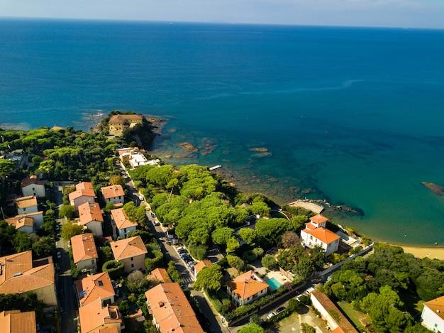 Widok z góry na miasto i promenadę znajdującą się w castiglioncello w toskanii. włochy, livorno.