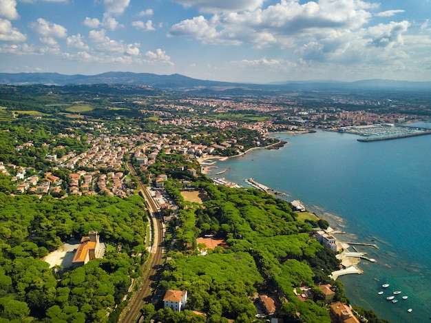 Widok z góry na miasto i promenadę znajdującą się w castiglioncello w toskanii. włochy