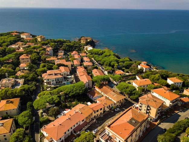 Widok z góry na miasto i promenadę znajdującą się w castiglioncello w toskanii