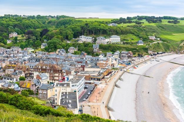 Widok z góry na miasto i zatokę etretat we francji