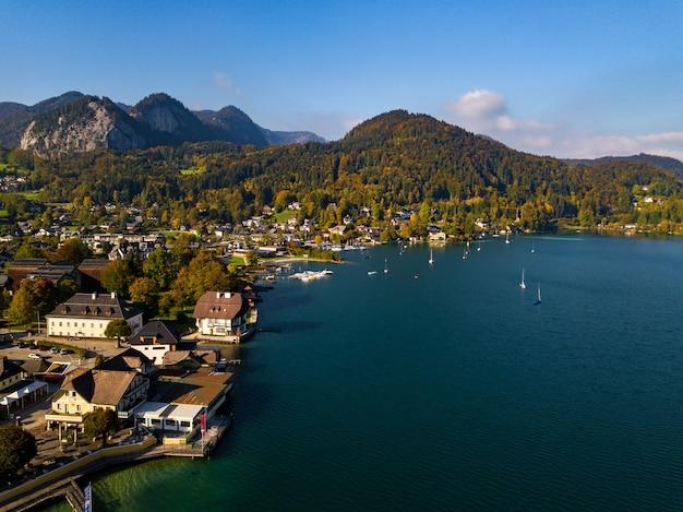 Widok z góry na miasto salzkammergut w austriackich alpach.